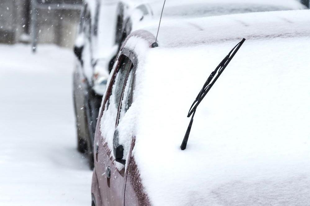 【車のワイパー立てる?】雪の日の儀式が行なわれる3つの理由とは